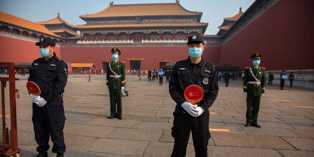 Poliser i Peking. Mark Schiefelbein / TT NYHETSBYRÅN
