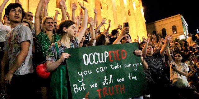 Demonstranter i Georgiens huvudstad Tibilisi. Shakh Aivazov / TT NYHETSBYRÅN