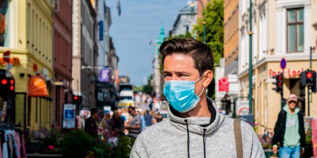En person med munskydd på Karl Johan i Oslo. Stian Lysberg Solum / TT NYHETSBYRÅN