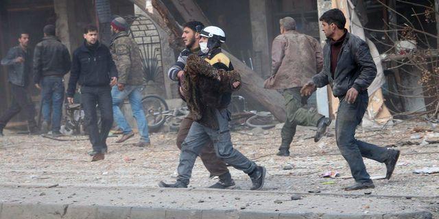 En skadad man får hjälp efter bombningar i östra Ghouta. Uncredited / TT / NTB Scanpix