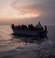Arkivbild, båt med migranter utanför Libyen.  Renata Brito / TT NYHETSBYRÅN