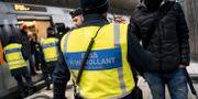 Arkivbild. Polis och passkontrollanter på väg ombord för att kontrollera ett Öresundståg på station Hyllie utanför Malmö. Johan Nilsson/TT / TT NYHETSBYRÅN