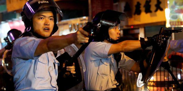 Hongkongpoliser under nattens sammandrabbningar. Tyrone Siu / TT NYHETSBYRÅN