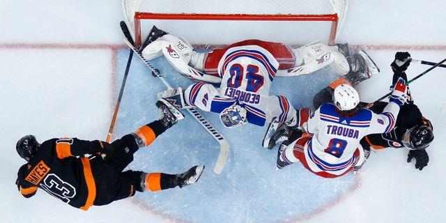 Rangers och Flyers i kamp om pucken i natt. Matt Slocum / TT NYHETSBYRÅN