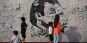 Barn samlas vid en väggmålning av Qatars emir i Doha, Qatar. NASEEM ZEITOON / TT NYHETSBYRÅN