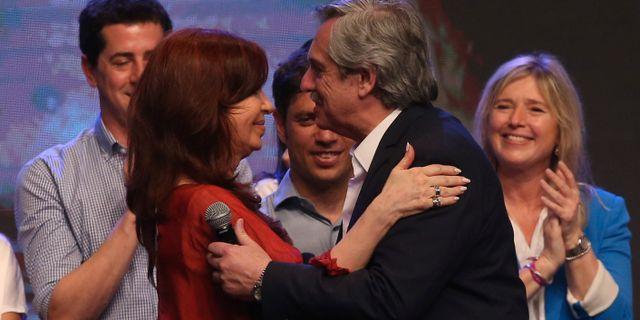 Cristina Kirchner och Alberto Fernández firar valsegern. AGUSTIN MARCARIAN / TT NYHETSBYRÅN