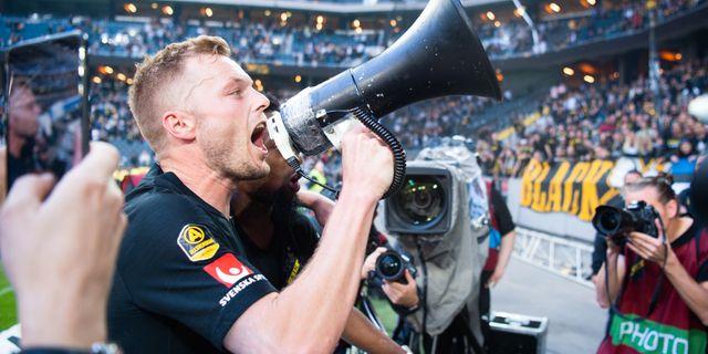 AIK:s Sebastian Larsson jublar efter fotbollsmatchen i Allsvenskan mellan AIK och Hammarby den 2 juni 2019 i Stockholm. JESPER ZERMAN / BILDBYRÅN