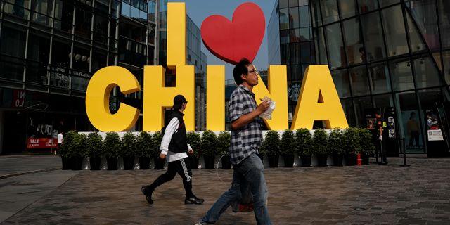 """Arkivbild. En """"I love China""""-skylt utanför ett köpcentrum i Peking.  Andy Wong / TT NYHETSBYRÅN"""