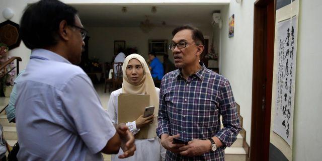 Anwar Ibrahim intetvjuas i sitt hem på torsdagen. Andy Wong / TT NYHETSBYRÅN