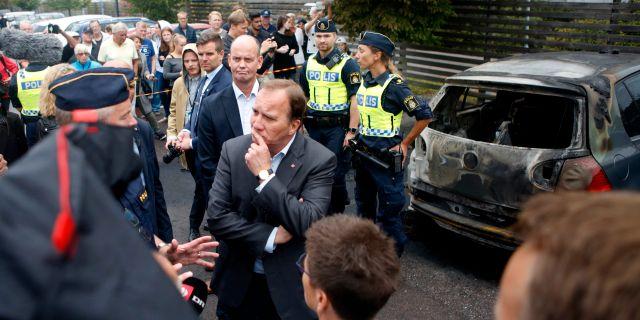 Stefan Löfven (S) träffar polismän på Frölunda torg i Göteborg Henrik BrunnsgårD/TT / TT NYHETSBYRÅN