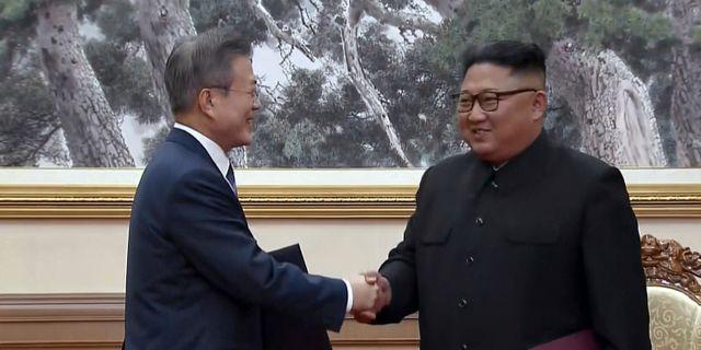 Sydkoreas Moon Jae-in och Nordkoreas Kim Jong-Un håller för närvarande toppmöte i Pyongyang.  TT NYHETSBYRÅN/ NTB Scanpix