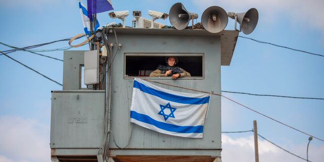 En israelisk soldat håller vakt vid staden Nablus vid Västbanken. Oded Balilty / TT NYHETSBYRÅN