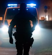 Polis som går mot en polisbil. Johan Nilsson/TT / TT NYHETSBYRÅN