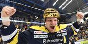 Guldhjälten Simon Önerud jublar. Mikael Fritzon/TT / TT NYHETSBYRÅN