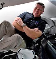 Nasa-astronauten Bob Behnken ombord på Space X-rymdfarkost den 31 juli 2020. Han är ombord tillsammans med kollegan Doug Hurley.  TT NYHETSBYRÅN/Nasa