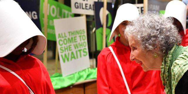 Atwood möter läsarna på en bokhandel i London inatt DYLAN MARTINEZ / TT NYHETSBYRÅN