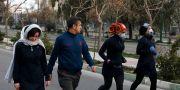 Människor med skyddsmasken i Teheran. Vahid Salemi / TT NYHETSBYRÅN