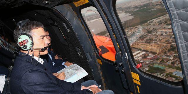 Pedro Sánchez blickar ut över förödelsen i staden Orihulea i Spanien. FERNANDO CALVO / LA MONCLOA