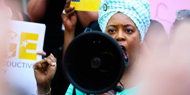 En kvinna talar i samband med protester i Georgia. Elijah Nouvelage / GETTY IMAGES NORTH AMERICA