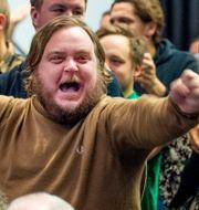 Medlemmar i MFF jublar efter beslutet att inte inleda samarbete med LB07 under klubbens extra årsmöte i Malmö. Laget börjar därför i division4. CHRISTIAN ÖRNBERG / BILDBYRÅN