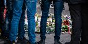 Ljus och blommor på mordplatsen Johan Nilsson/TT / TT NYHETSBYRÅN