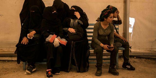 Kvinnor med koppling till IS i al-Hol-lägret i Syrien och två vakter från SDF.  Baderkhan Ahmed / TT NYHETSBYRÅN