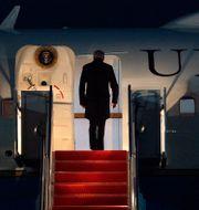 Joe Biden går ombord på Air Force One. Arkivbild. Jacquelyn Martin / TT NYHETSBYRÅN
