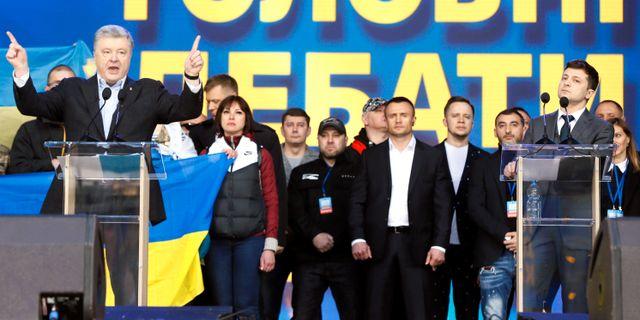 Petro Porosjenko och Volodymyr Zelenskij möttes i debatt. VALENTYN OGIRENKO / TT NYHETSBYRÅN