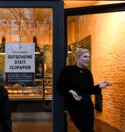 """""""Köp kuponger i stället för toapapper"""" löd uppmaningen i Rosa Caninas butiker i Berlin på måndagen. Annegret Hilse / TT NYHETSBYRÅN"""