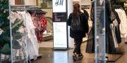 Öde i H&M-butik i Stockholm på torsdagen under coronakrisen. Fredrik Sandberg/TT / TT NYHETSBYRÅN