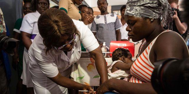 En sköterska vaccinerar barn på New Tafo-sjukhuset i Ghana. RUTH MCDOWALL / AFP