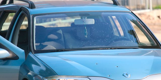 Bilen fick skotthål i motorhuven Mathias Øgendal / TT NYHETSBYRÅN