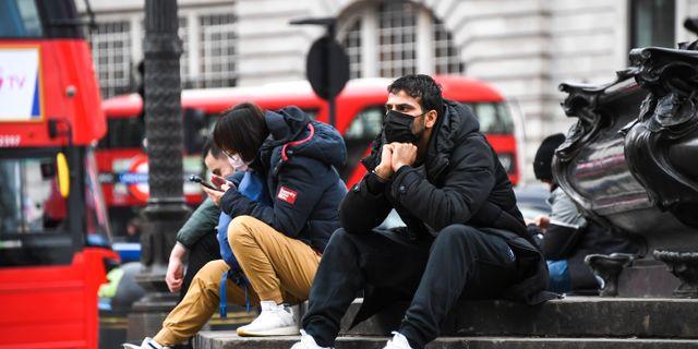 Människor med ansiktsmask i London. Alberto Pezzali / TT NYHETSBYRÅN