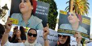 Demonstranter håller upp bilder på Hajar Raissouni. Arkivbild. STRINGER / AFP
