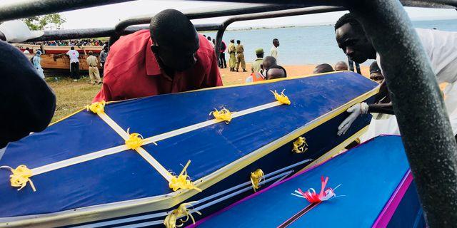 Volontärer lägger de döda i kistor vid stranden.  JACKSON NJEHIA / TT NYHETSBYRÅN