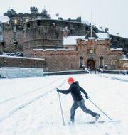 Skidåkare framför Edinburgh Castle, Skottland/Arkivbild Jane Barlow / TT NYHETSBYRÅN