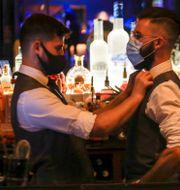 Personal på en restaurang i Farringdon, London, vid återöppnandet i juli. Tristan Werkmeister / TT NYHETSBYRÅN