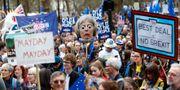 Människor demonstrerar i London på lördagen.  PETER NICHOLLS / TT NYHETSBYRÅN