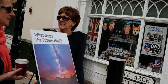 Anhängare av Jehovas vittnen intill en butik i brittiska Windsor i samband med det kungliga bröllopet tidigare i år. Alastair Grant / TT / NTB Scanpix