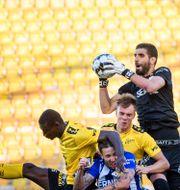 Ioannis plockar ner en boll. CARL SANDIN / BILDBYRÅN