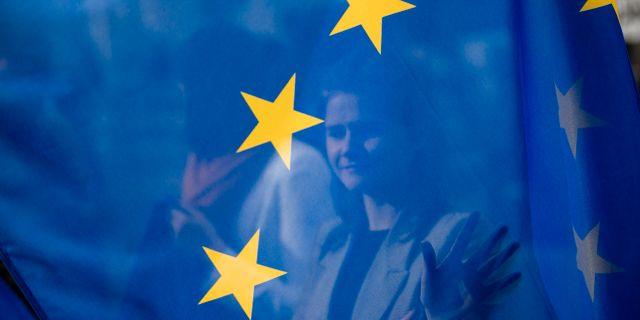 Arkivbild. Kvinna bakom EU-flaggan i Bryssel.  Francisco Seco / TT NYHETSBYRÅN/ NTB Scanpix