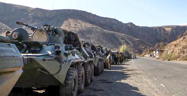 Bild från ryska försvarsdepartementet som visar ryska militärfordon parkerade längs vägen mot Nagorno-Karabach. TT NYHETSBYRÅN