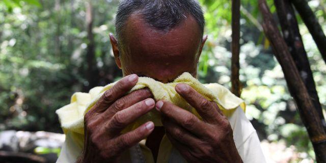 """En schaman, i Malaysia känd som en """"bomoh"""", i trance under sökandet efter flickan. MOHD RASFAN / AFP"""