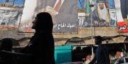 Ett porträtt av den saudiska kungen Salman i den libanesiska staden Tripoli.  IBRAHIM CHALHOUB / AFP