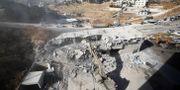 Bulldozer tar ner ett hus i Sur Baher.  AMMAR AWAD / TT NYHETSBYRÅN