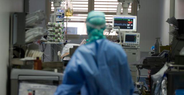 En läkare på en covidavdelning i Italien. Luca Bruno / TT NYHETSBYRÅN