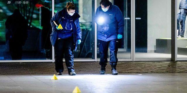 Polisens tekniker söker spår på brottsplatsen. SEM VAN DER WAL / ANP