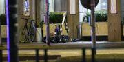 En bombrobot undersöker en låda som hittats utanför hotell Savoy i Malmö Johan Nilsson/TT / TT NYHETSBYRÅN