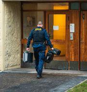 Polisens tekniker går in i bostaden i Haninge. Claudio Bresciani / TT / TT NYHETSBYRÅN