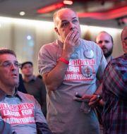 Labor-medlemmar följer rösträkningen. Andy Brownbill / TT NYHETSBYRÅN/ NTB Scanpix